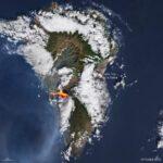 Извержения вулкана Кумбре Вьеха в Испании видно из космоса
